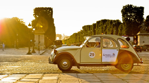 Private 2CV City Tour by 4 Roues Sous 1 Parapluie