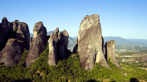 2-Day Delphi, Meteora & Majestic Rocks Trip from Athens